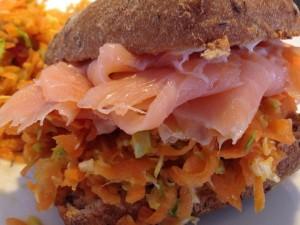 Sandwich med laks og lækker råkost