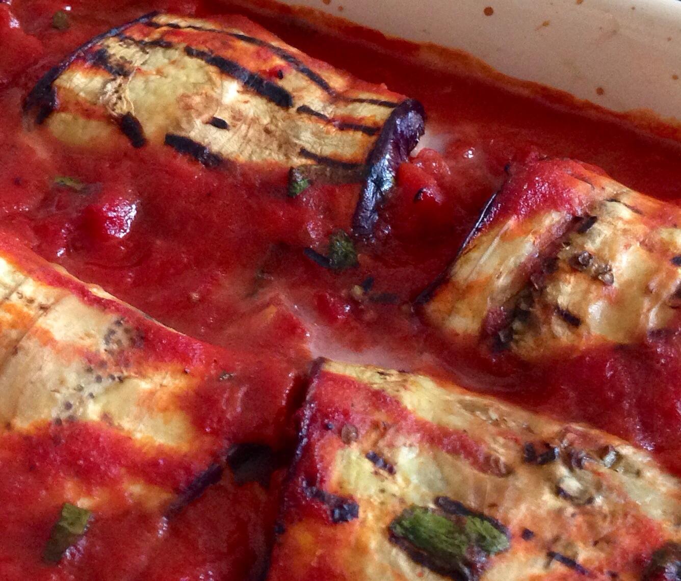 Grillede aubergineruller i tomat sovs
