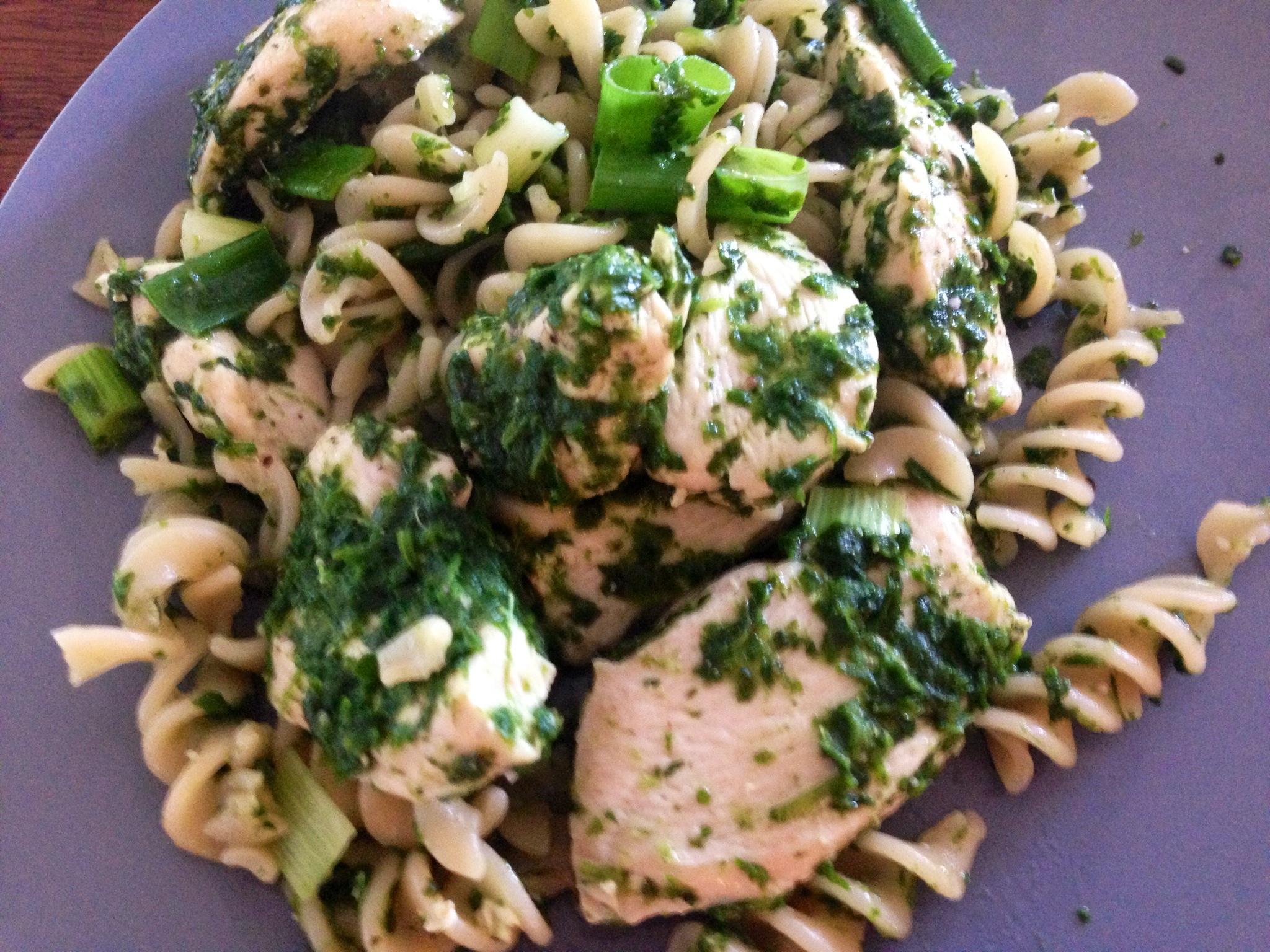 Pasta salat med kylling og spinat