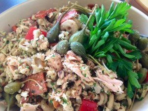 Pasta salat med bagt peberfrugt og mandelpesto