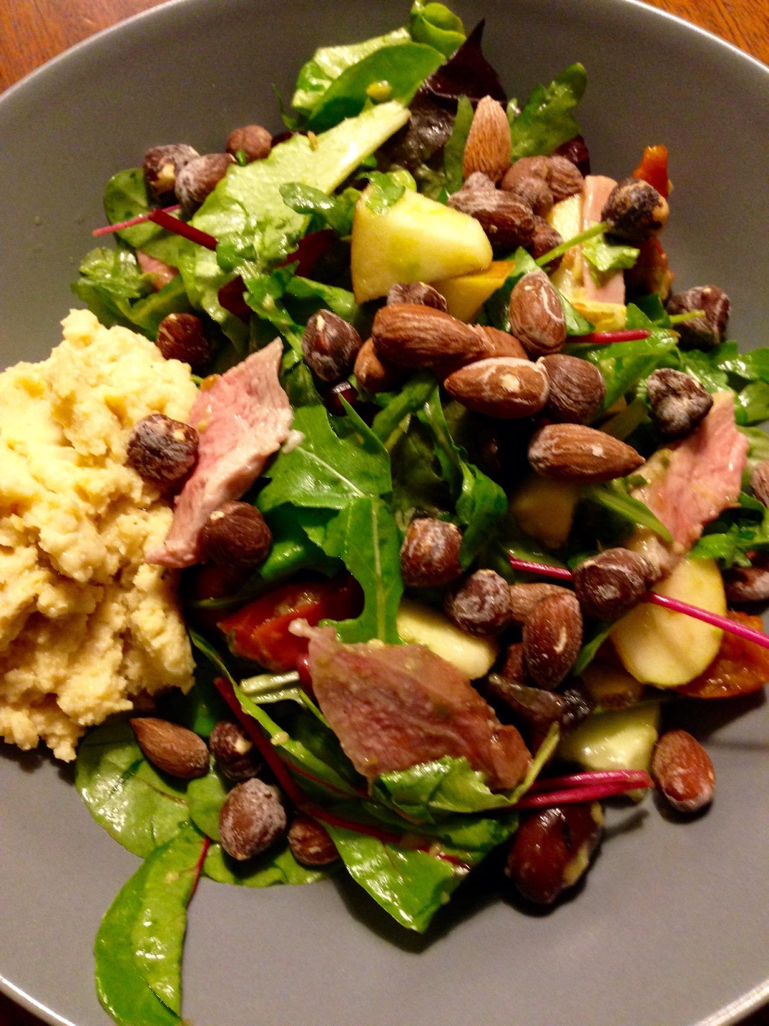 Salat med and, oliven og granatæble