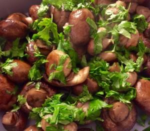Ristede svampe med bredbladet persille