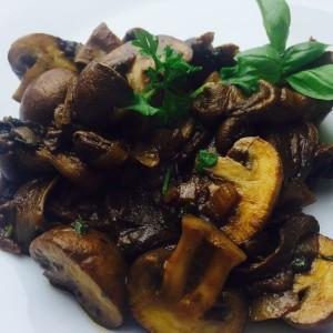 Italiens pasta sauce med Karl Johan svampe og andre friske svampe