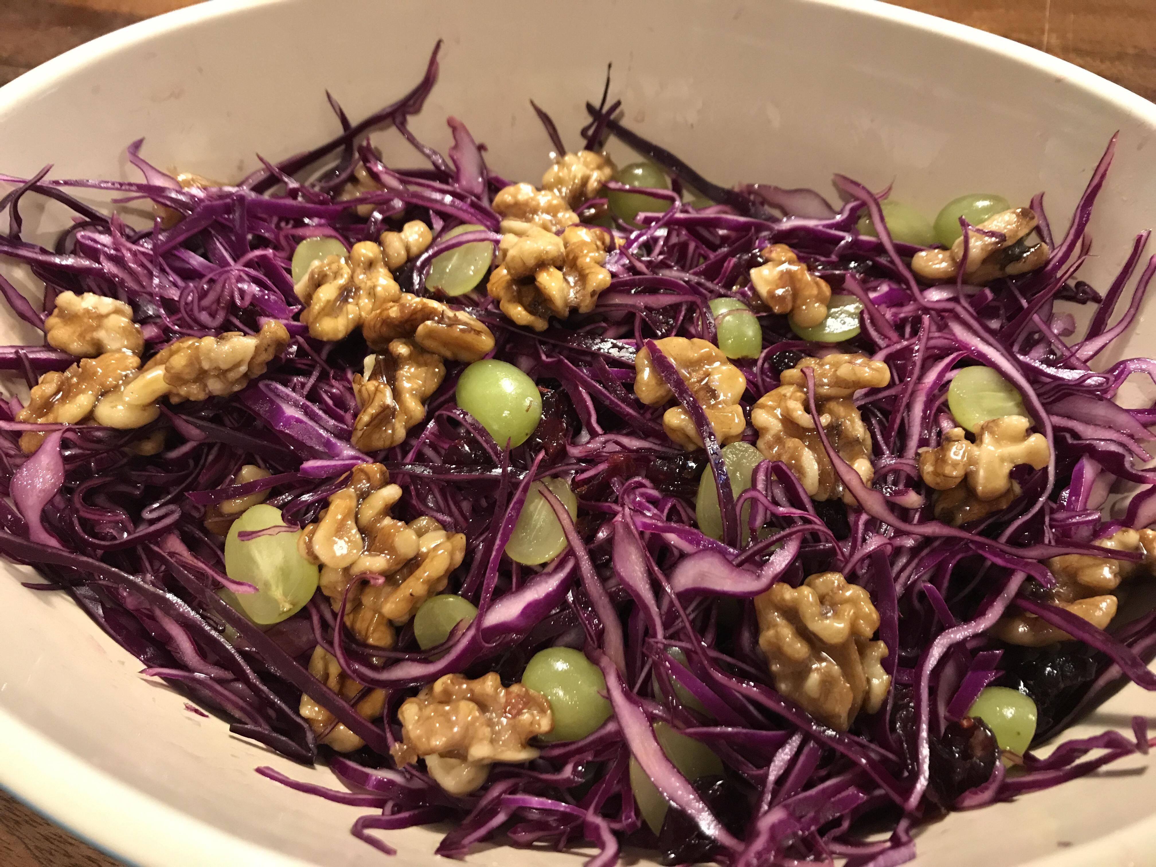 Rødkåls salat med honning ristede valnødder og vindruer