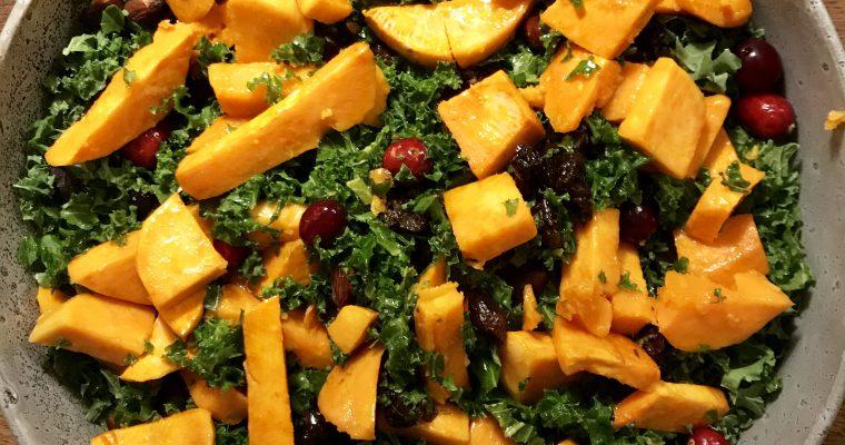 Grønkåls salat med svesker, søde kartofler og friske tranebær