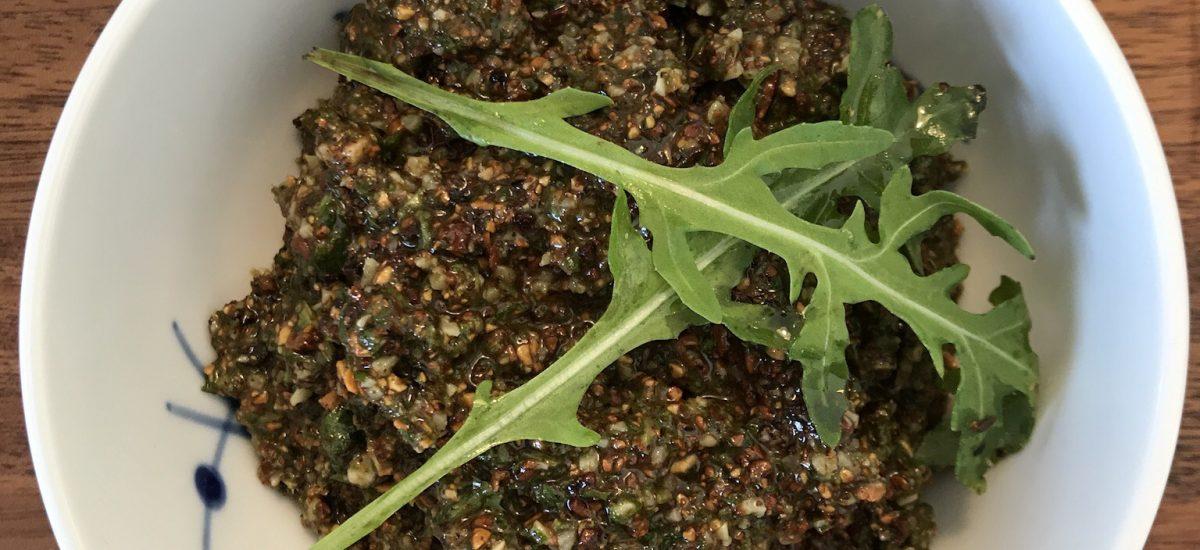 Pesto laves på saltmandler, ruccola og parmesan ost